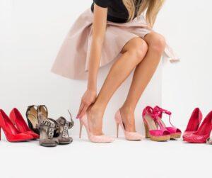 donna che prova le scarpe