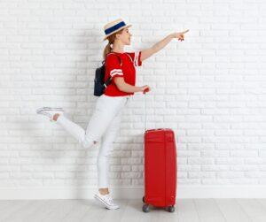 ragazza con valigia rossa