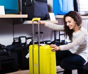 donna che sceglie una valigia