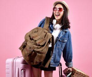 ragazza felice piena di bagagli