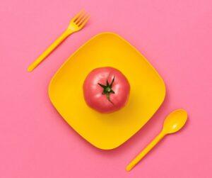 piatto giallo con un pomodoro sopra - la tecnica del pomodoro è una tecnica di gestione del tempo