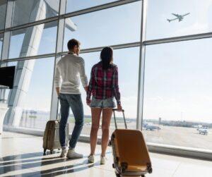 due fidanzati in aeroporto