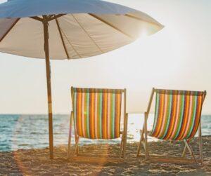due sdraio e un ombrellone sulla spiaggia