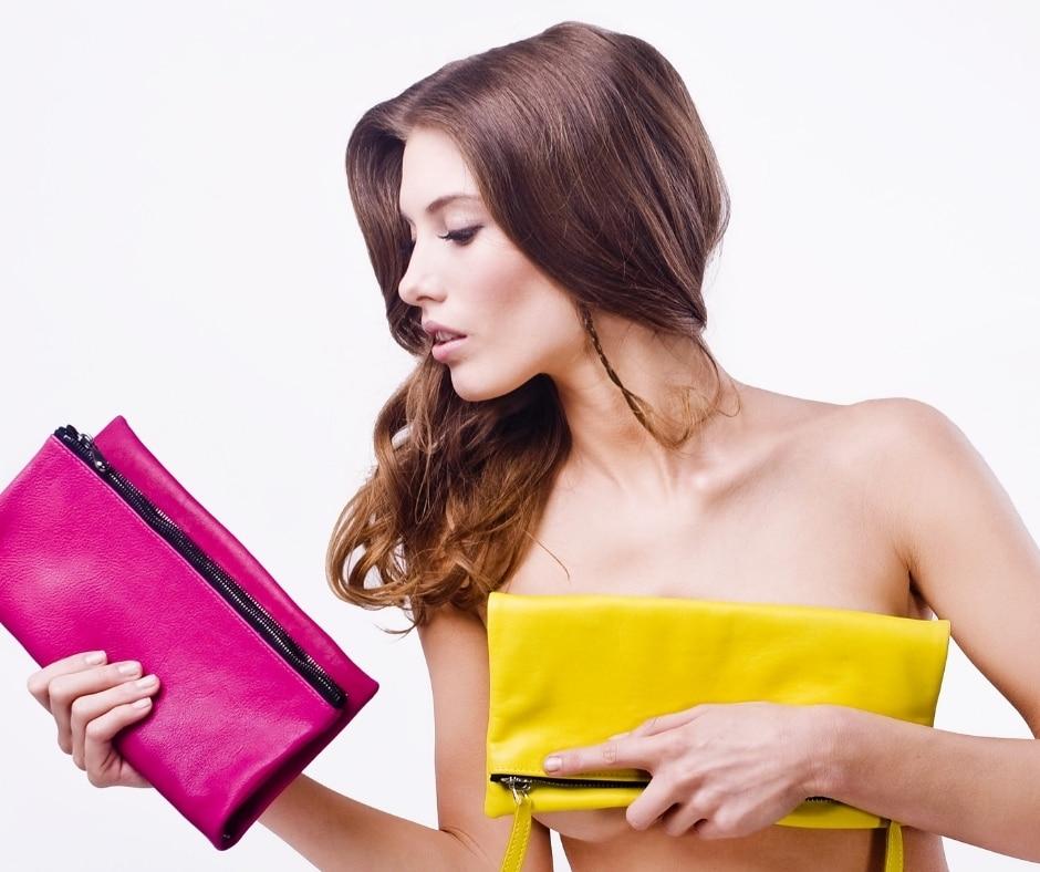 donna che sceglie una borsa