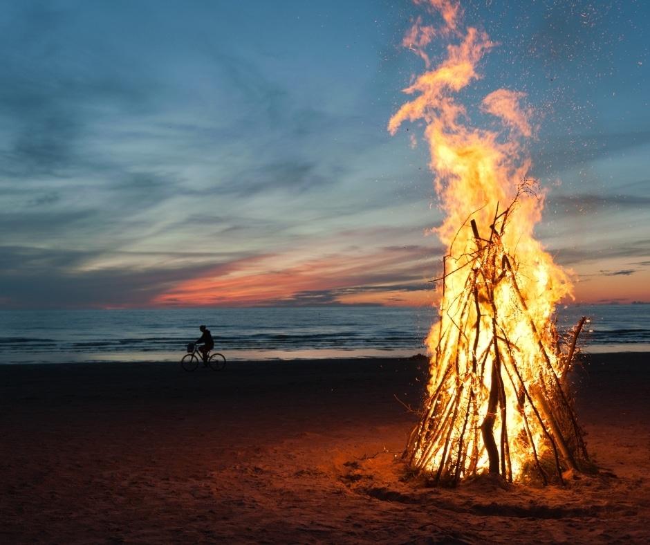 un falo' sulla spiaggia-le vacanze disorganizzate fanno bene