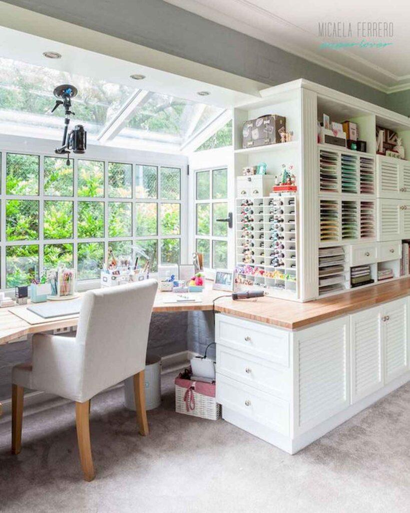 craft room con scrivania davanti alla finestra
