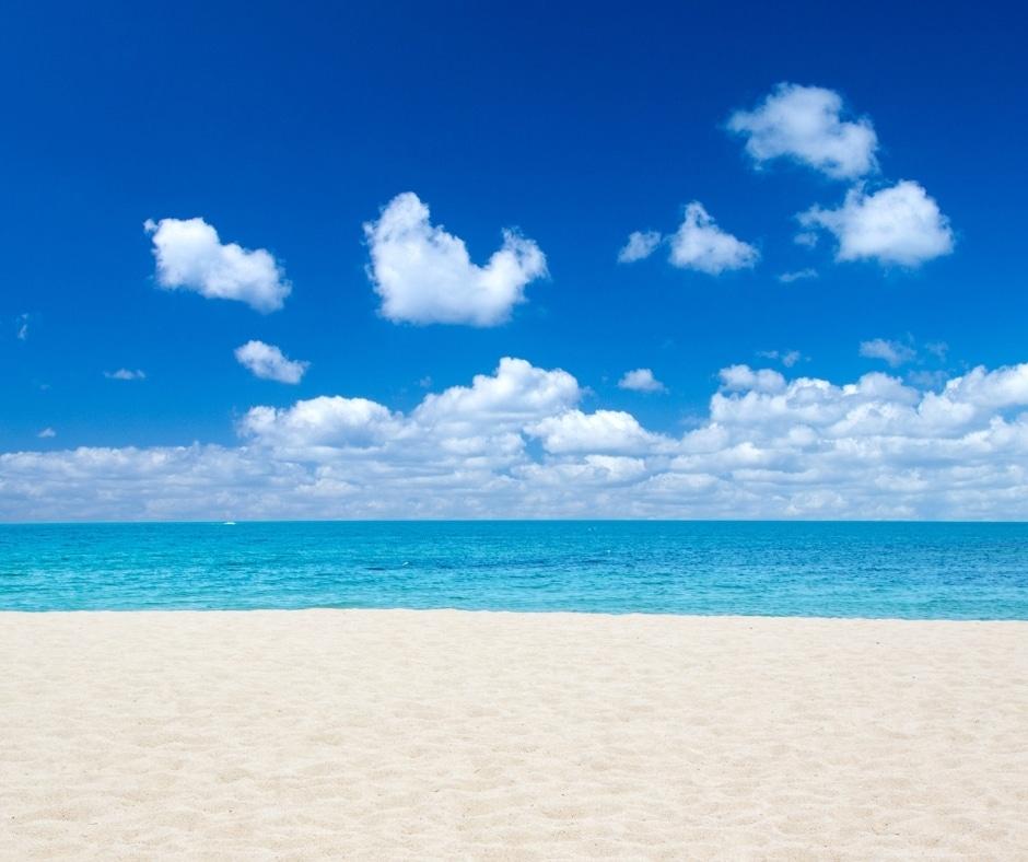 spiaggia vuota. mare e cielo con poche nuvole rappresentano per me l'equilibrio interiore
