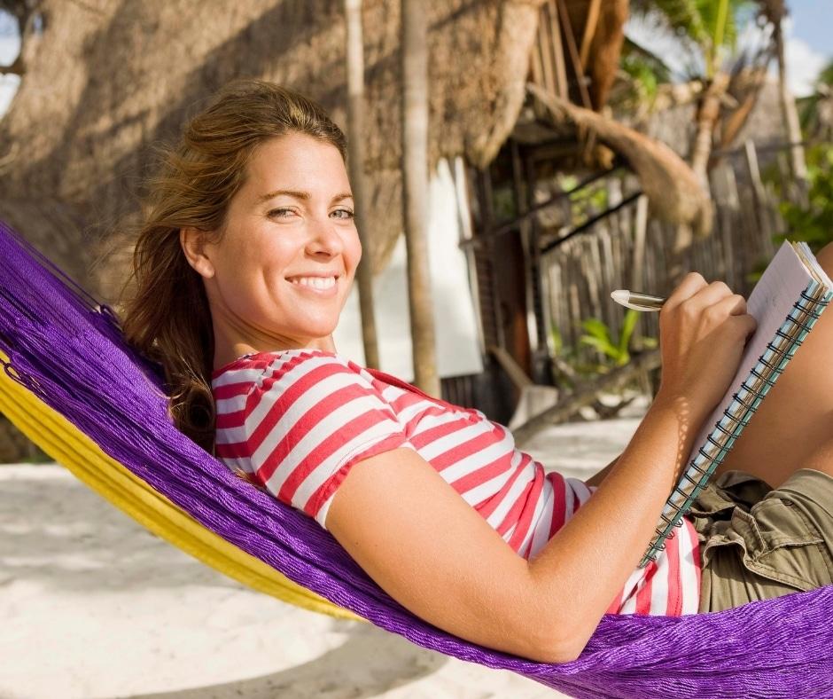 donna che si rilassa sull'amaca