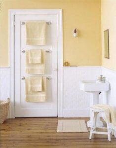 porta con attaccati 3 porta asciugamani