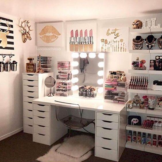 una beauty room con toilette e specchio illuminato per organizzare i cosmetici di uso quotidiano e le collezioni