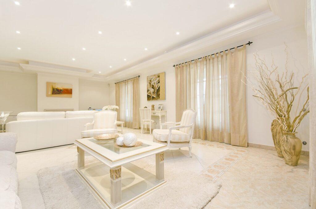 casa illuminata con luci a led per creare atmosfera gioiosa