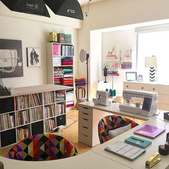 una craft room con scrivania a isola