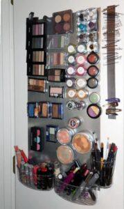 lavagna magnetica con attaccati cosmetici