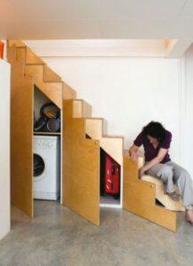 lavatrice nascosta da ante in un sottoscala