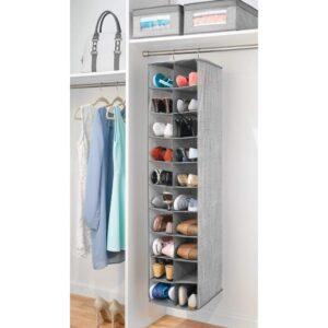 organizer verticale con scarpe appeso nell'armadio