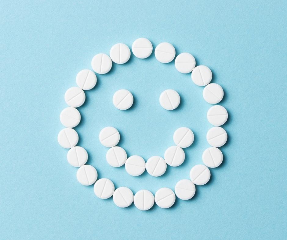 le pastiglie su uno sfondo azzurro formano uno smile