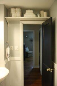 mensola sopra la porta del bagno