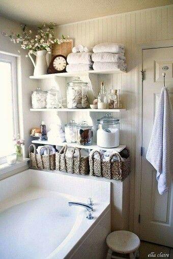 mensole appese su parete sopra la vasca da bagno