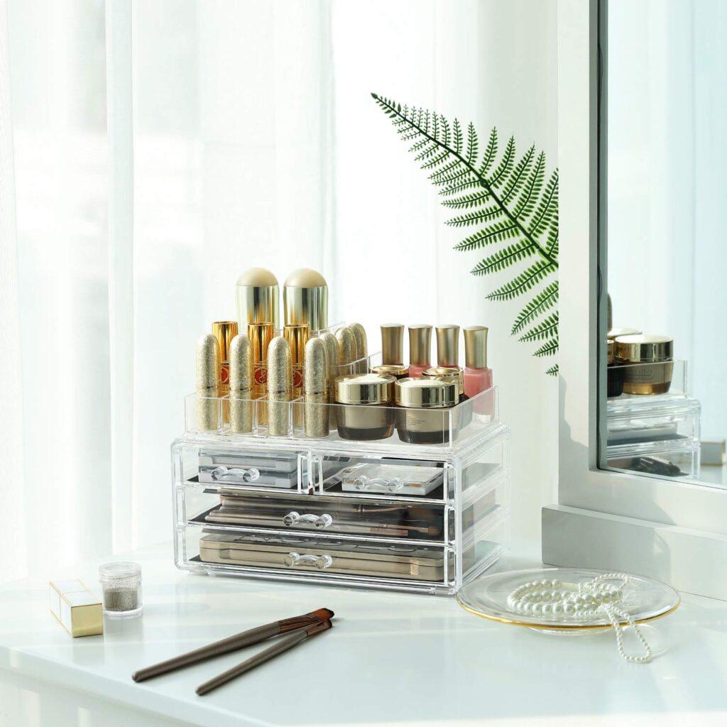 organizer trasparente con cassetti con i cosmetici