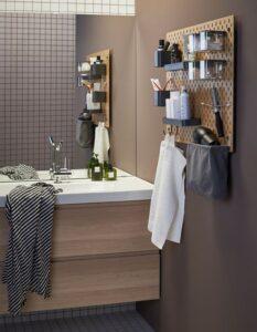 mensola porta oggetti appesa vicino a specchio bagno