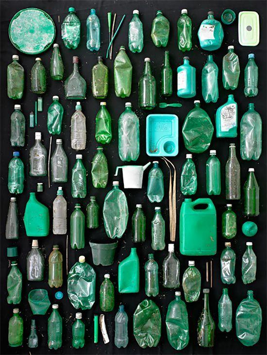 scultura con rifiuti di plastica