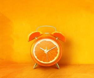 un orologio fatto con un'arancia ci ricorda di rallentare per fare le cose per bene - tecnica Homefulness