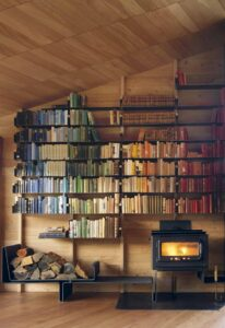 libreria con libri suddivisi per colore